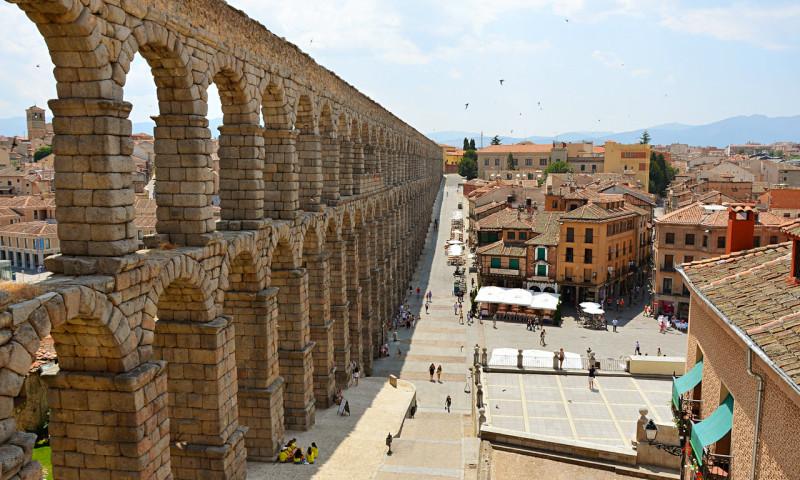 Хотя длина этого акведука составляет 818 метров, а высота — 29 метров, за счет арок он кажется легки