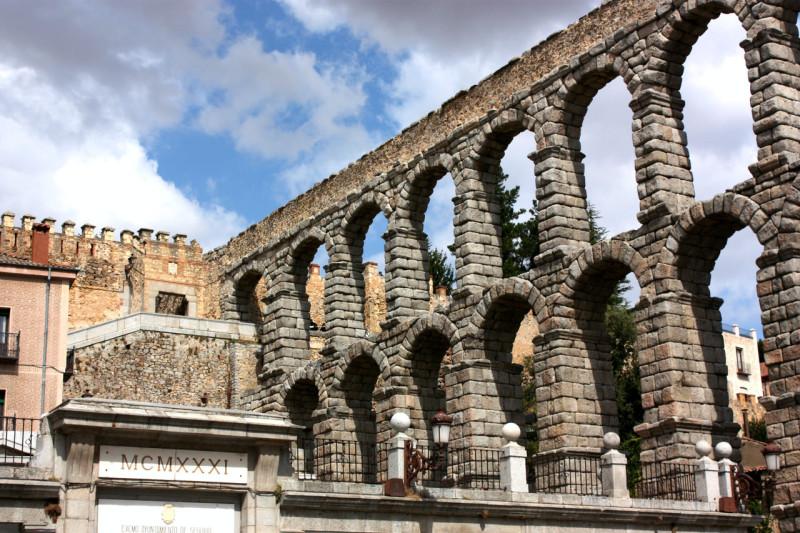 Удивительно, как это строение сохранилось до наших дней. Акведук был построен без использования креп