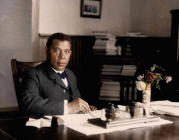 Букер Тальяферро Вашингтон, один из ведущих борцов за просвещение афроамериканцев, в своем кабинете