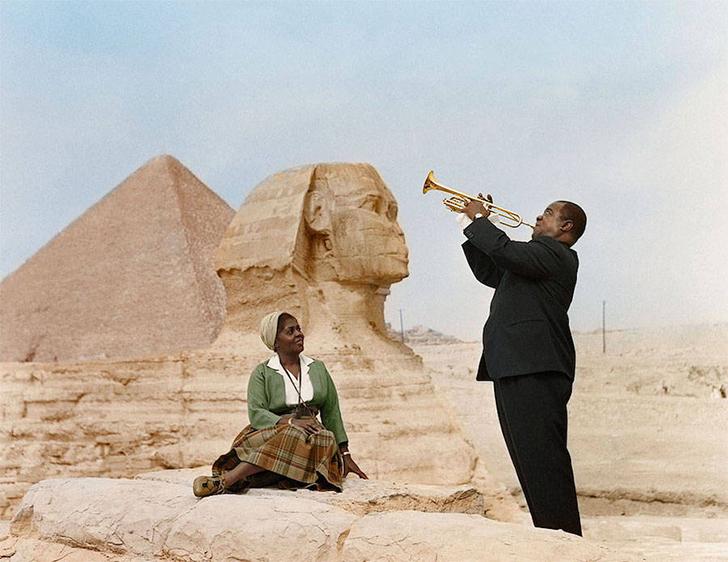 Луи Армстронг играет для своей жены Люсиль в Каире, Египет, 1961 год.