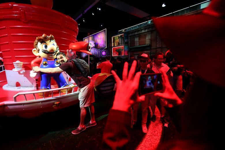 Посетители прибывают на выставку Electronic Entertainment Expo 2017.