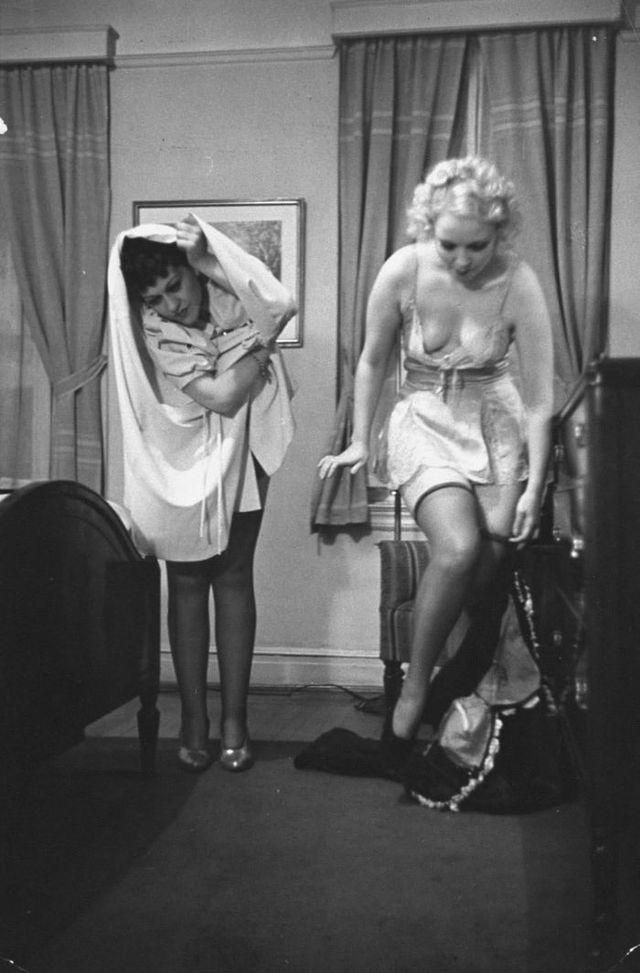 4. В числе преподавателей были две бурлеск-танцовщицы: Джун Сент-Клер (справа), которая показывала,
