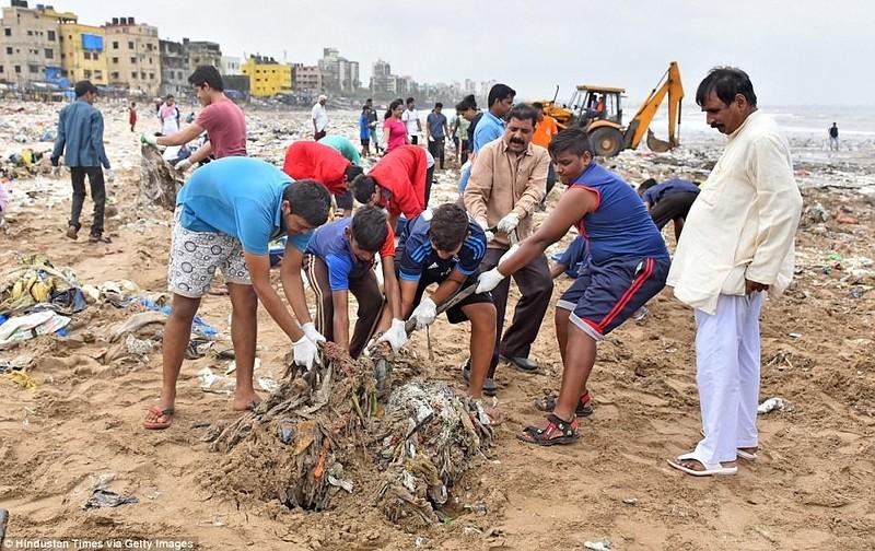 Добровольцы очищали пляж 86 недель. Им удалось убрать более 5 миллионов килограммов мусора с 2,5-кил