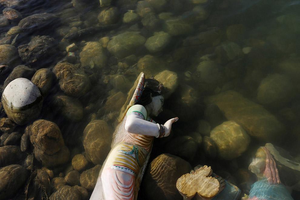 7. Молодежь купается в реке Ганг в Канпуре. Это один из наиболее населённых городов Индии в шта