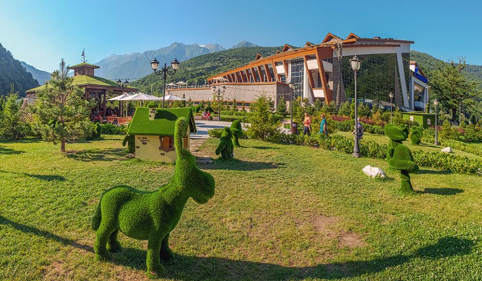 6. Скамейки так же выполнены в едином стиле парка , покрытые мягкой газонной травой.