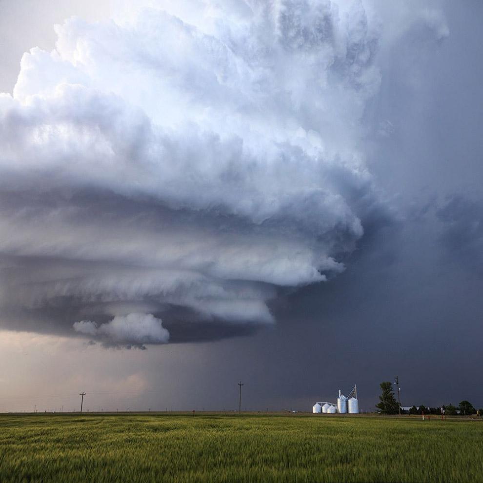 Если скорость ветра в тропическом циклоне превышает 60 км/ч, ему присваивается собственное имя.