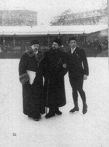 Судья состязаний А.П.Лебедев (в центре)  на катке в Юсуповом саду.