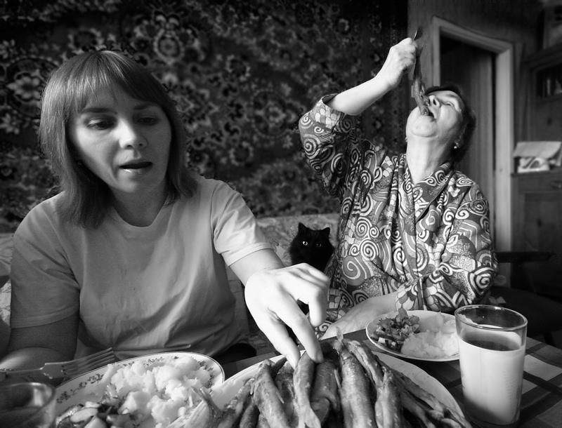 истинные петербуржцы поедают корюшку.jpg