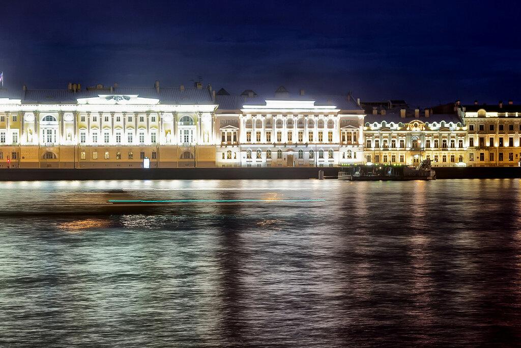 Ночь на реке Неве. Васильевский остров. Университетская набережная. Санкт-Петербург
