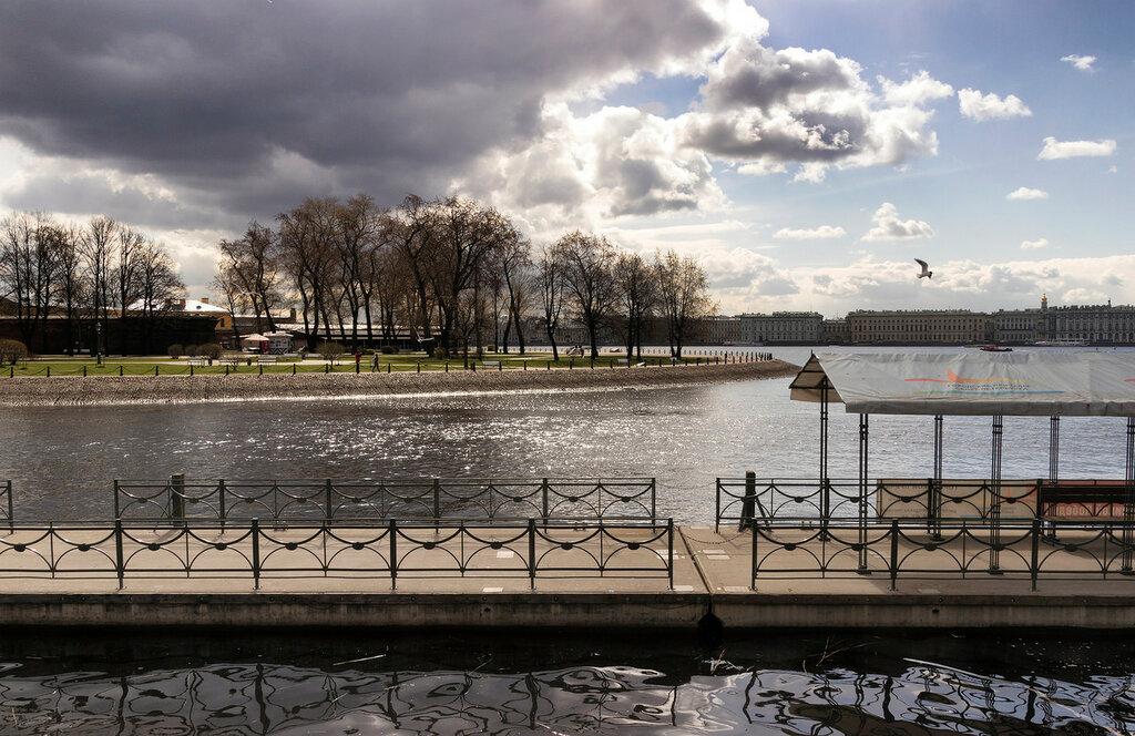 Вид на Кронверкский пролив и реку Неву со стороны Мытнинской набережной. Западная часть Заячьего острова. Санкт-Петербург