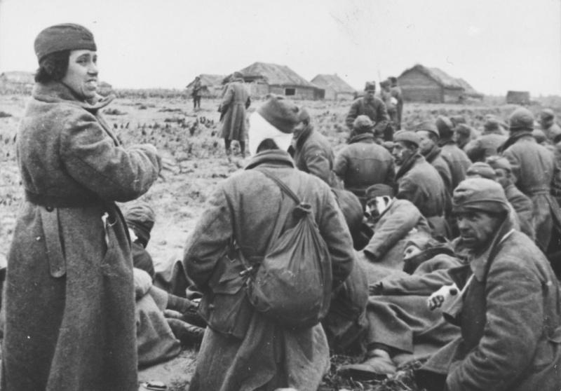 Женщина-военнослуж. среди группы раненых пленных красноармейцев. 41.jpg