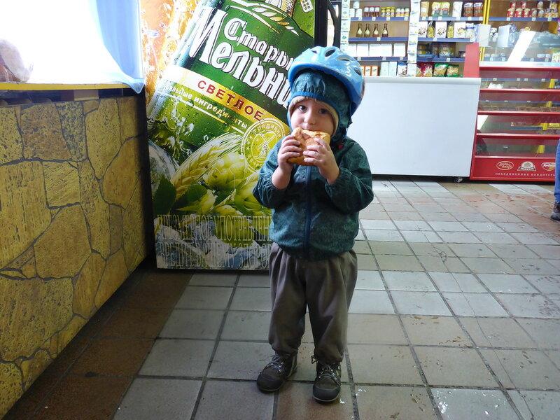 ребенок ест пирожок с картошкой в магазине на станции громово