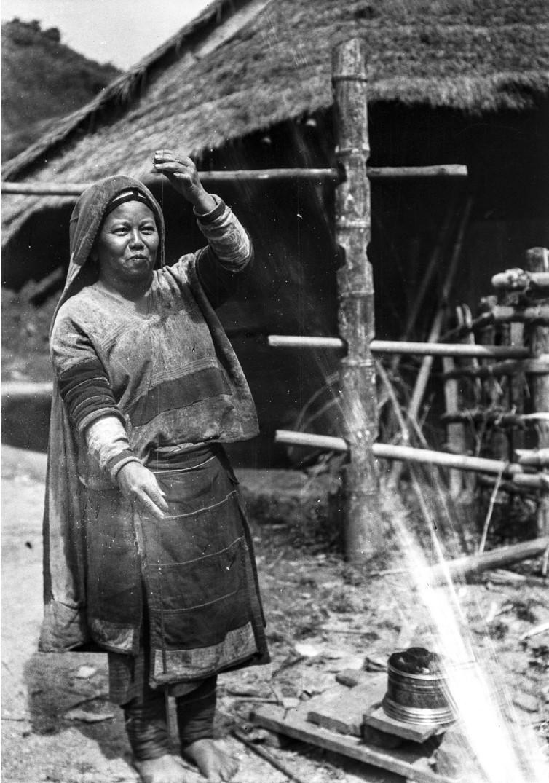 964. Женщина во время прядения