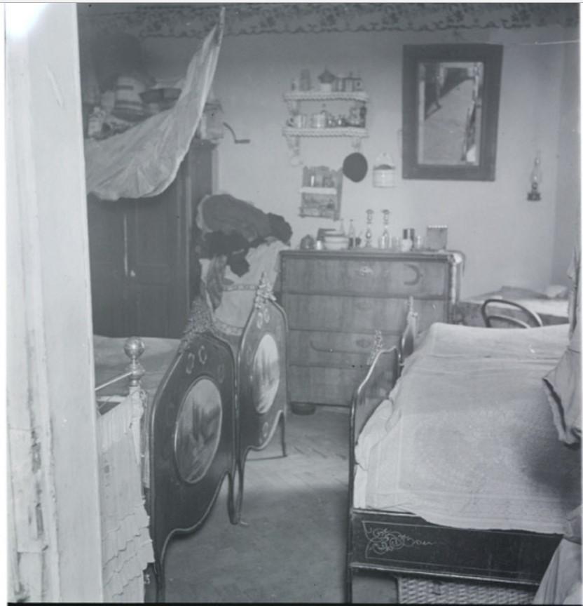 Дом рабочего на улице Смоцца. Две семьи занимают одну комнату, которая разделена занавеской ночью