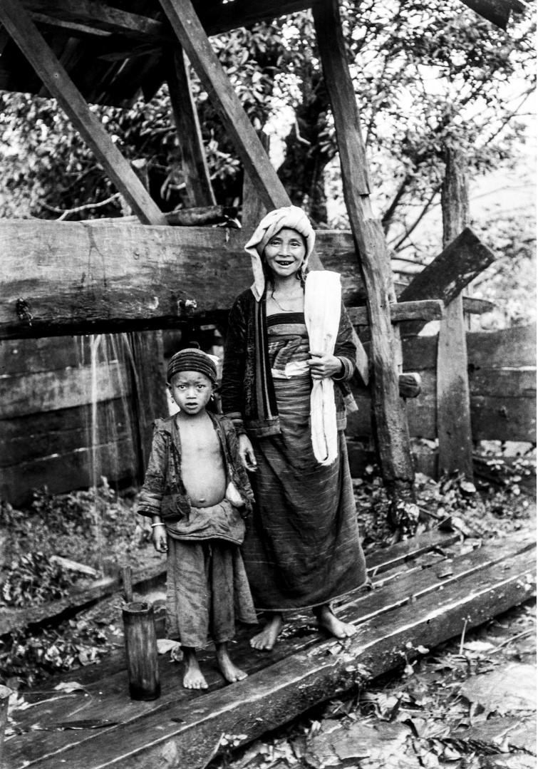 1032. Женщина с мальчиком