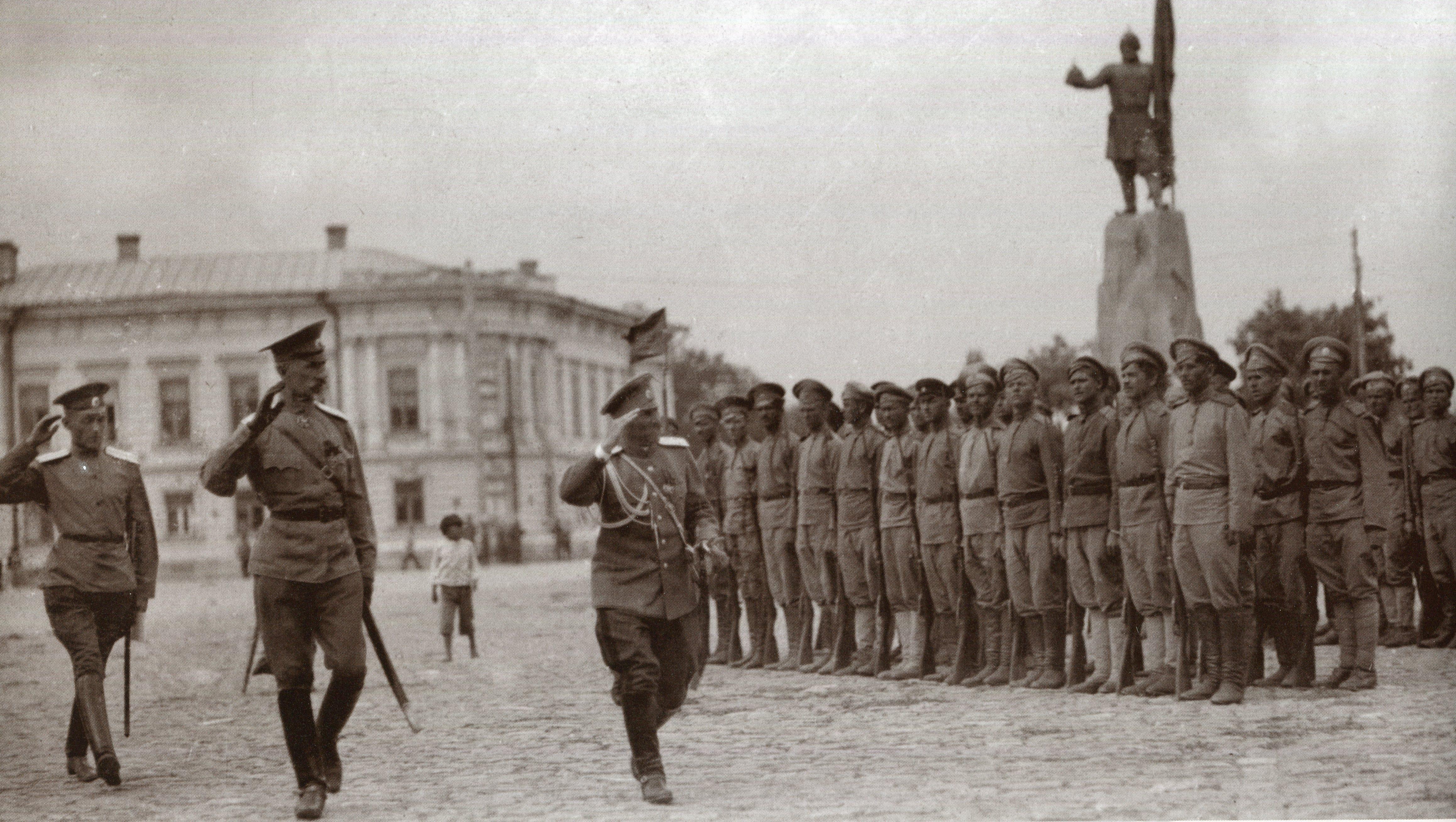 В день присяги Донского атамана командующий Донской армией генерал Денисов обходит фронт парада (1918)