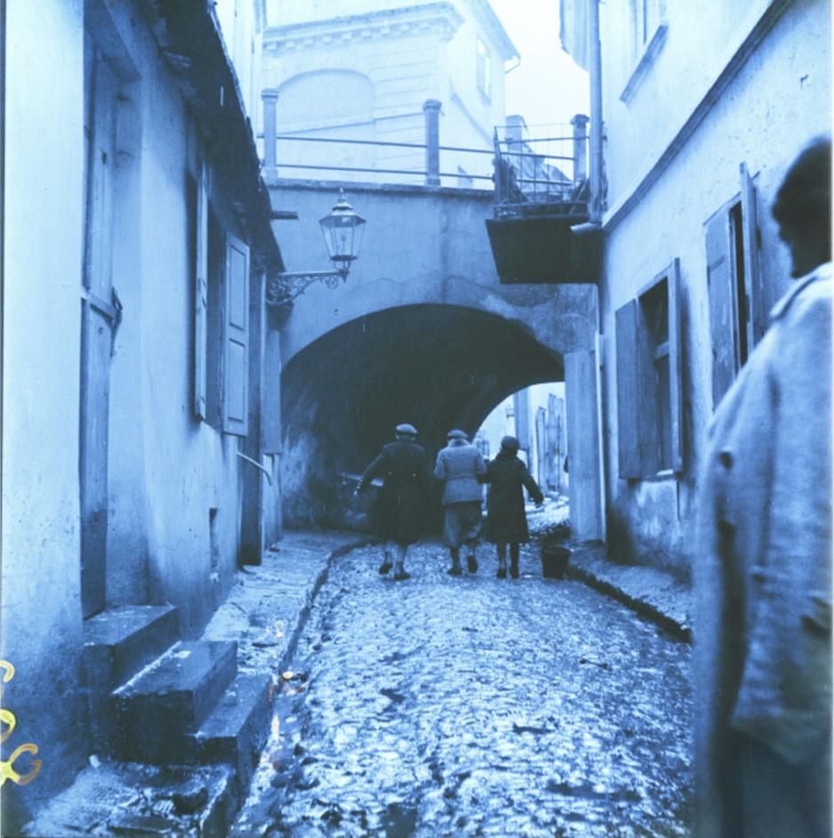 Люди, идущие по улице Подзамце