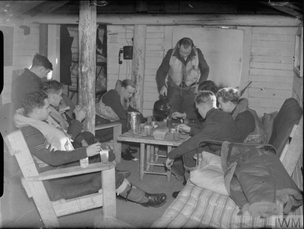 Британские лётчики-истребители отдыхают в своей землянке на аэродроме Ваенга между вылетами