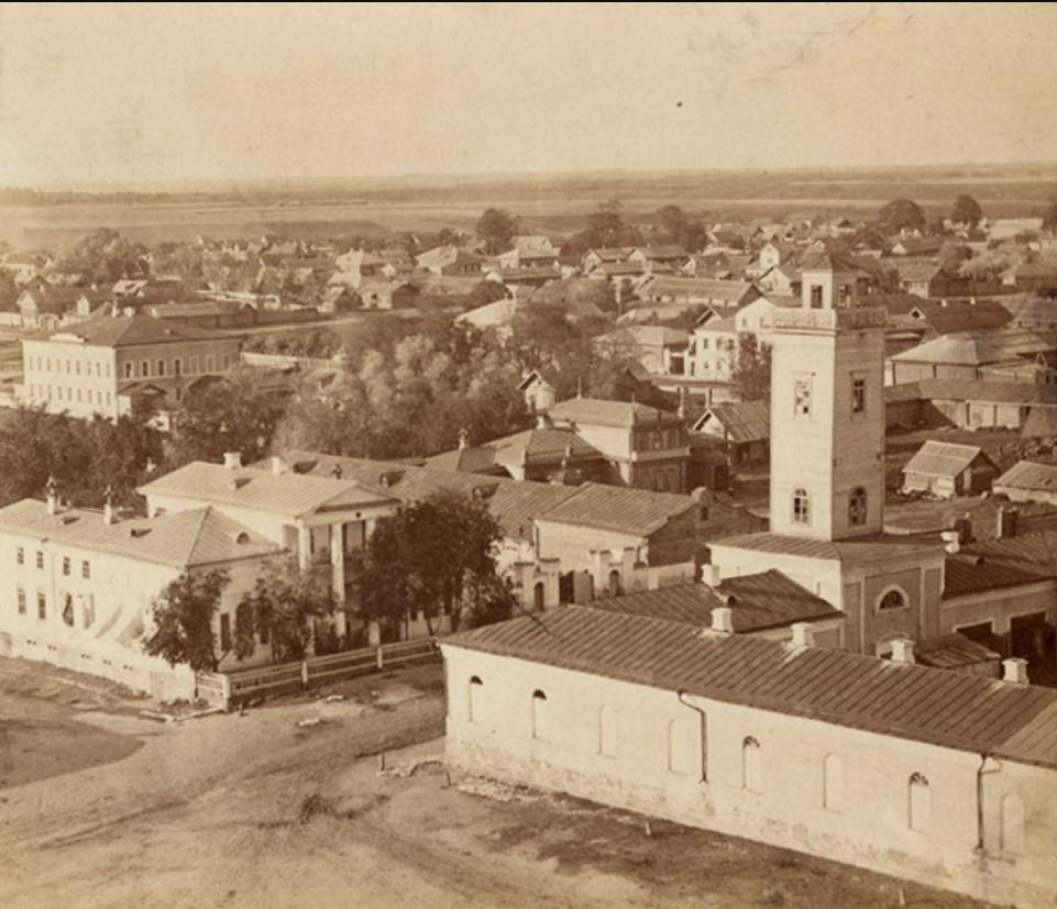 Общий вид города. На первом плане - пожарная каланча, кутузка, слева - жилой дом Наставиных