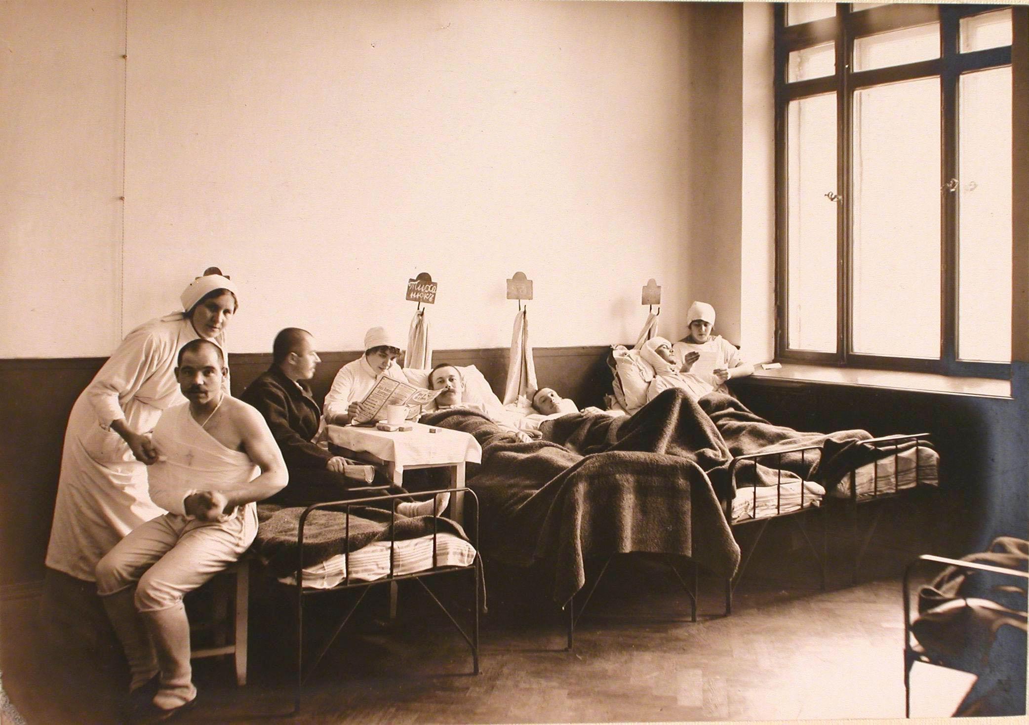 24. Медицинские сестры и раненые в одной из палат госпиталя №6