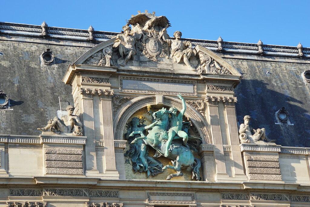 Барельеф на здании Лувра