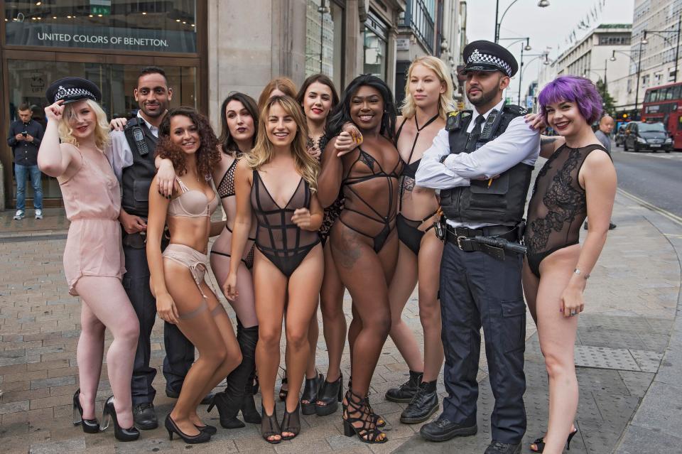 Полуголые девушки на перекрестке в центре Лондона
