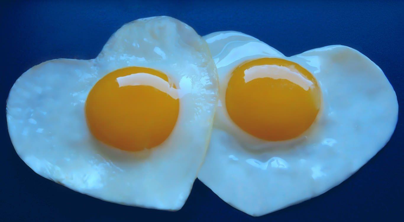 Открытки. С Всемирным днем яйца. Сердечки-яичница