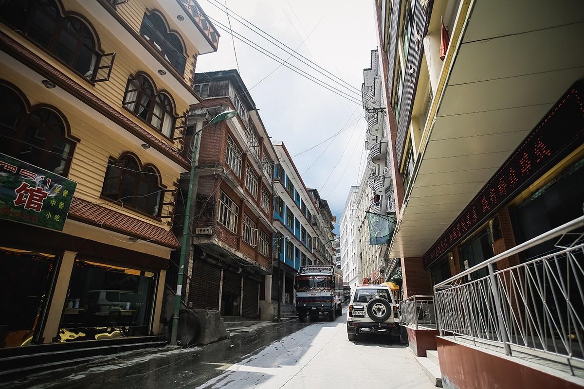 3. Первый пограничный город — Чжанму. Высота достаточно комфортная, всего 2300 метров над уровнем мо