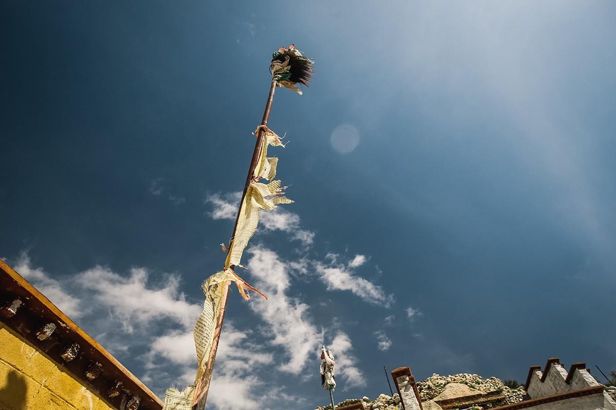 35. Тарчанг, столб, который обновляется каждый год. Он символизирует древо жизни, и в некоторых райо