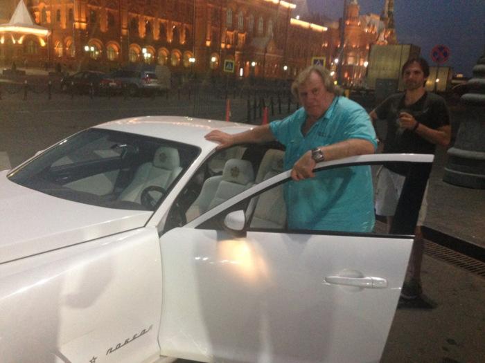 Жерар Депардье возле ГАЗ MARK «Победа-RX II-8». | Фото: proavto.su. Автомобиль ГАЗ MARK «Победа-RX I