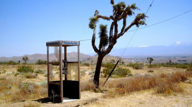 © wikimedia  Впустыне Мохаве в1960 году в13км отближайшей дороги установили телефонную бу