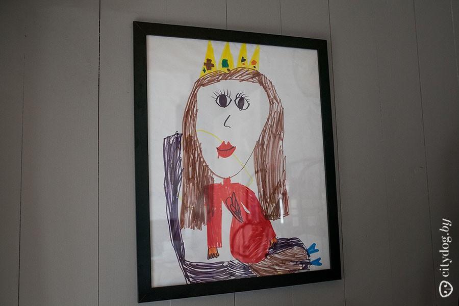 49. Картинки на кухне детские: на одной из них «мама в короне».