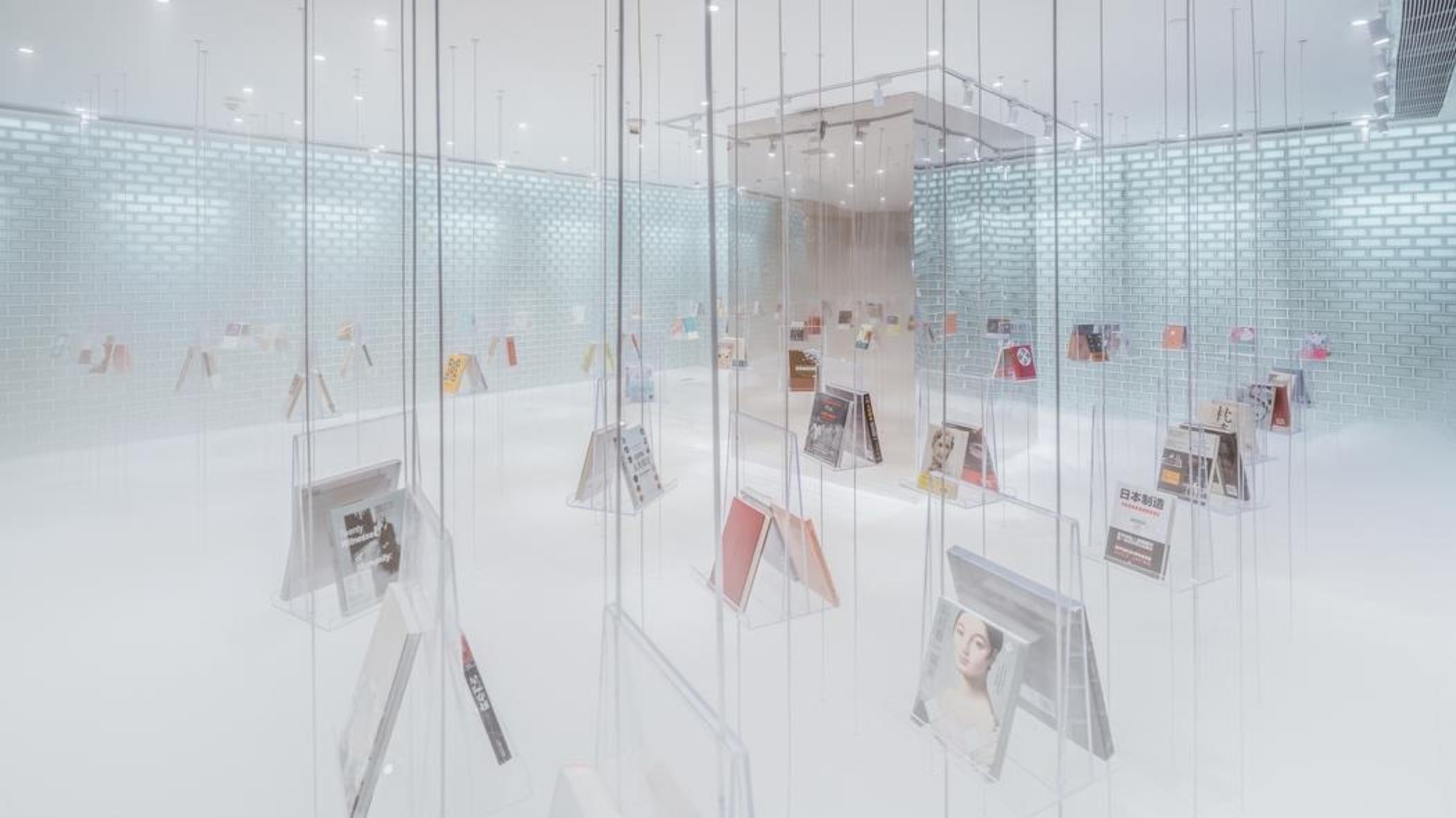 Стены зала с недавно поступившими книгами под названием «Хрустальный дворец» выложены стеклянными ки