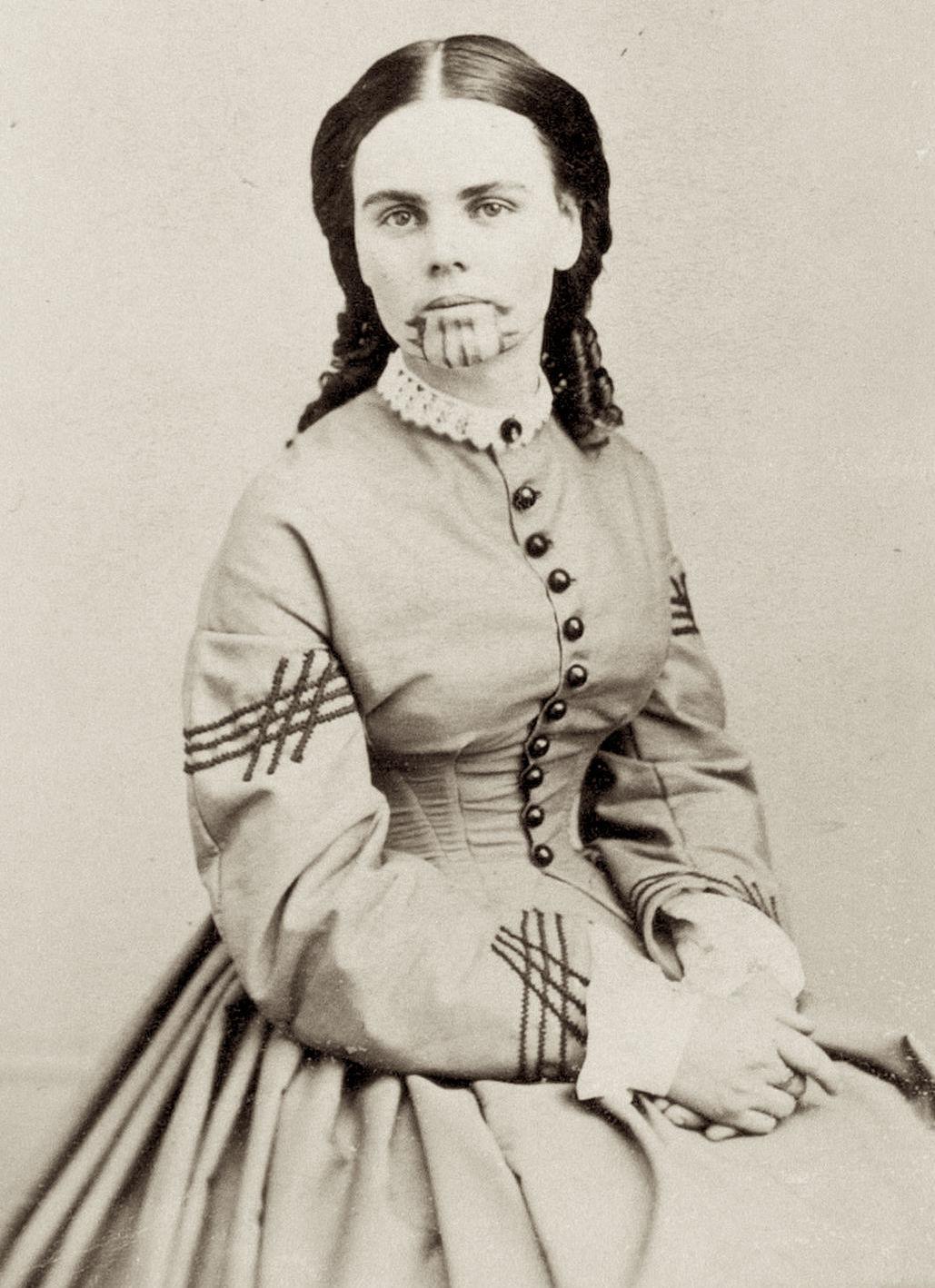 Индейская татуировка на лице белой женщины, 1863 год. На фотографии — Олив Оатман, родителей которой