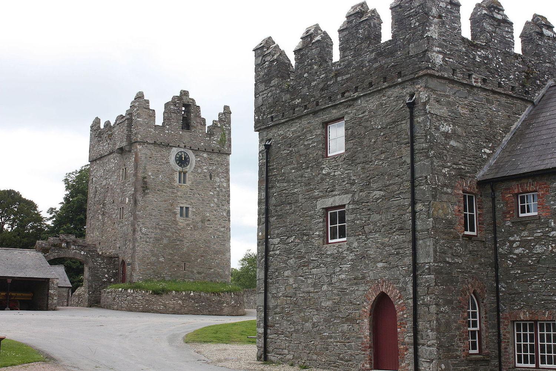 Одна из главных локаций в сериале — замок Уорд в Северной Ирландии, занимающий 400 гектаров земли и