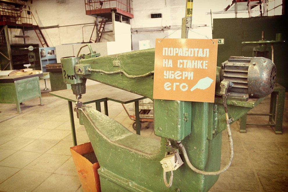 До остановки заказов на лимузины из Кремля , в премиальном цеху ЗиЛа работало 800 человек. Се