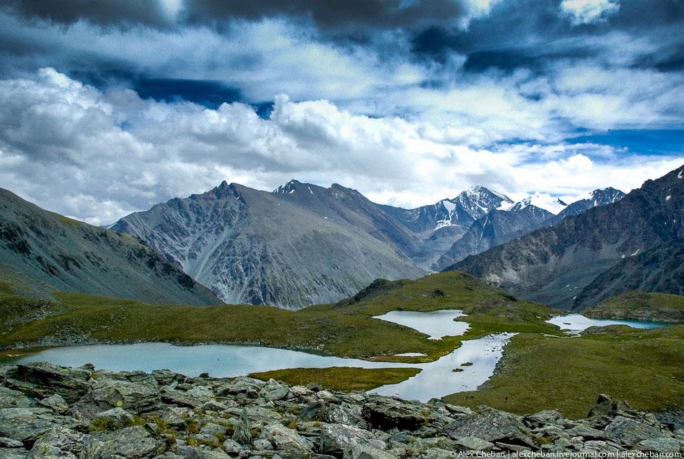 В 1926 году Рерих совершил экспедицию в Горный Алтай к подножию Белухи. Золотые Горы (по одно