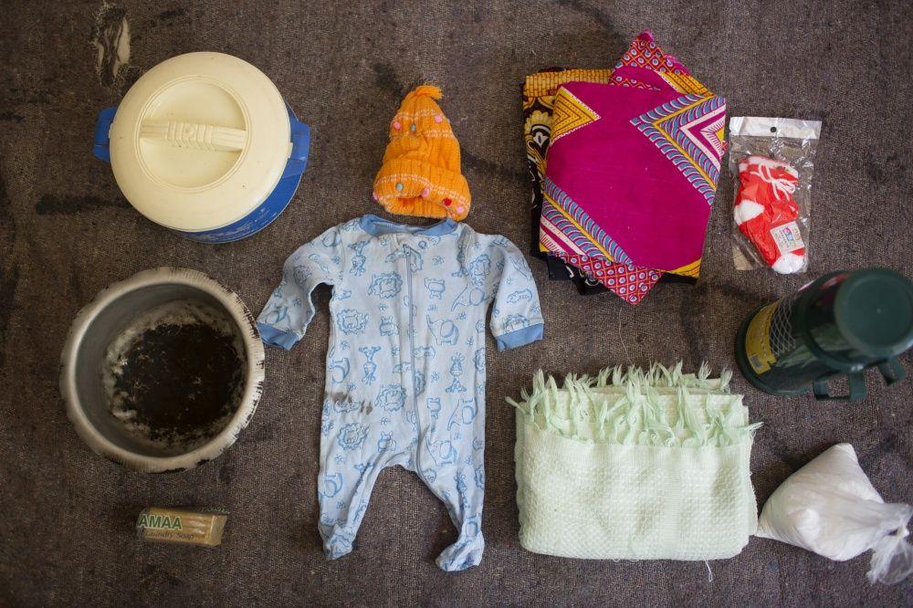 Вещи: детская одежда и одеяло, саронг (национальная одежда), термос, чай, мыло, ковш для воды.