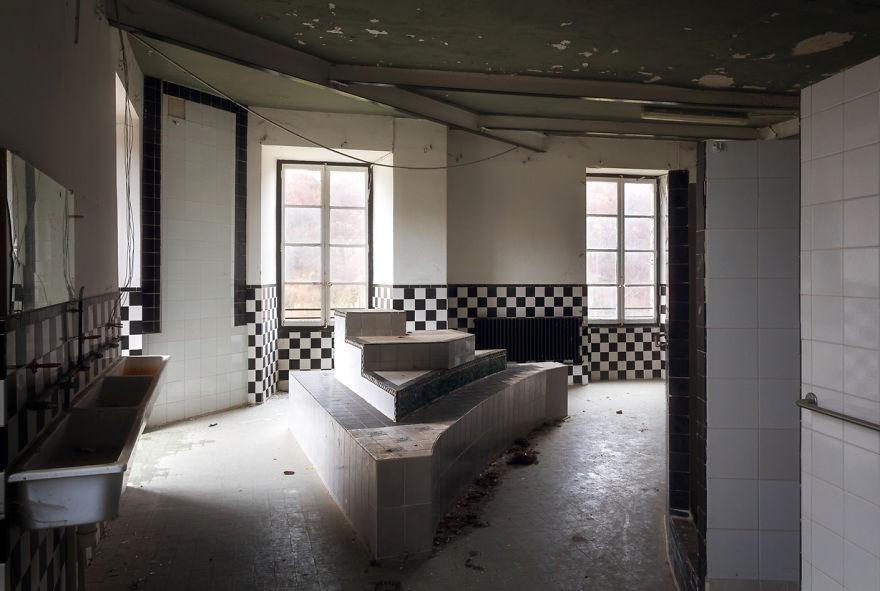 Просторная ванная комната в одном из заброшенных замков.