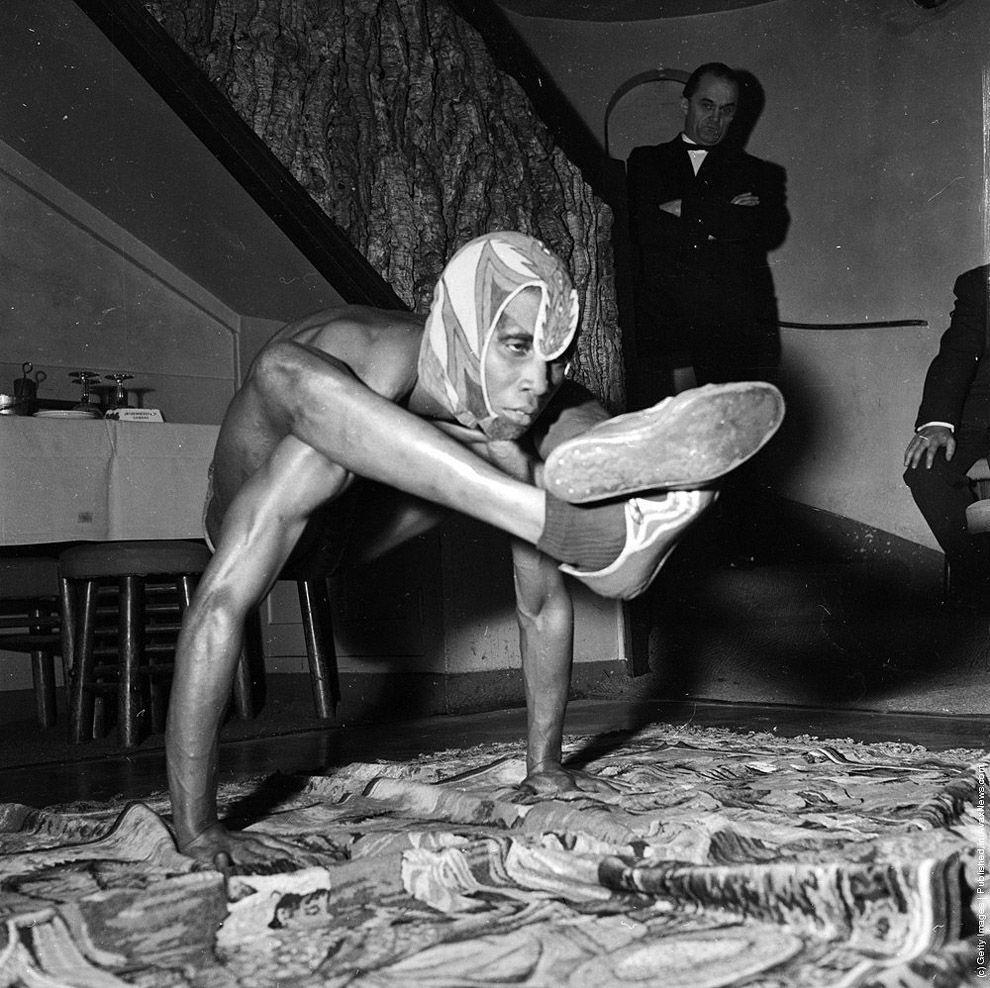 11. 21 июня 1956 года.   Акробат Джо Клемендор, в совершенстве владеющий техникой йоги, букваль