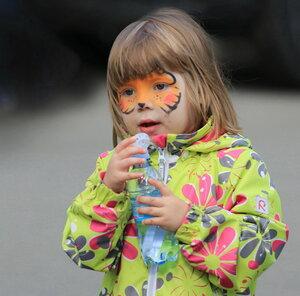 Девочка с бутылкой воды
