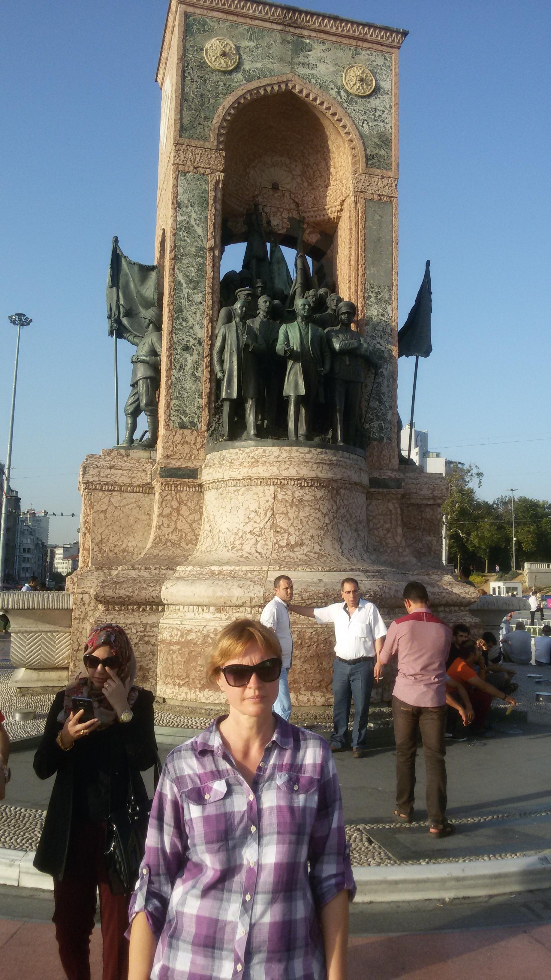 Памятник Роза из двух видов гранита Шали Цоколь резной из габбро-диабаза Завитинск