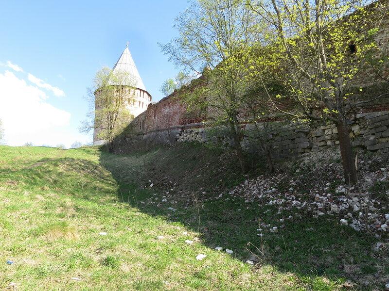 Фрагмент стены, поднимающейся от реки к башне Веселуха (7)