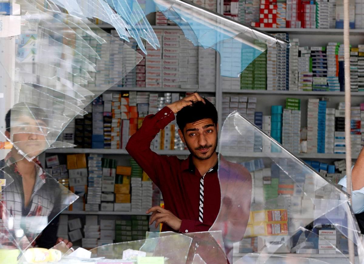Вот такая незадача: Молодой афганский торговец у разбитой витрины своего ларька
