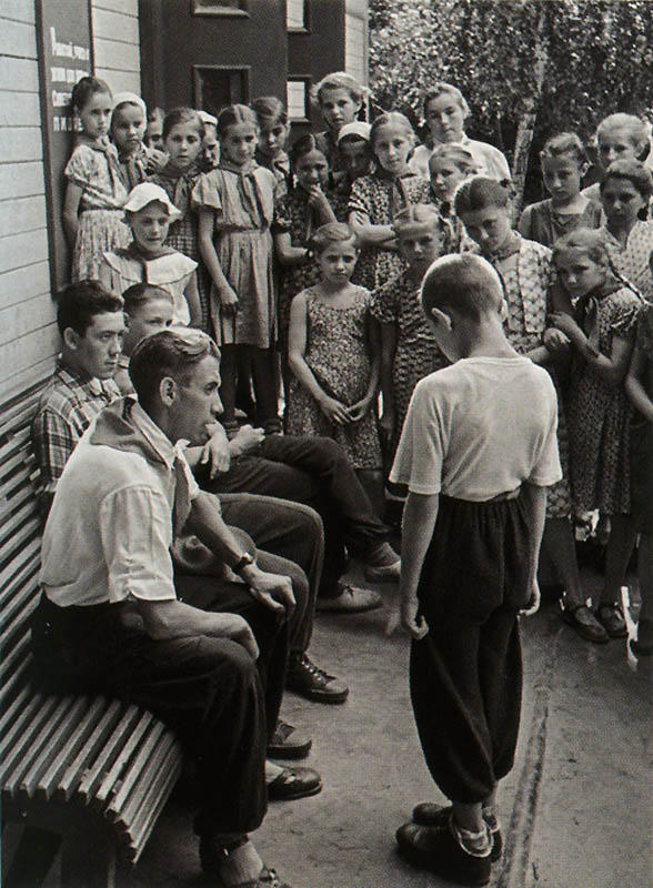 Фото ИТАР-ТАСС, 1958 год. Нарушитель дисциплины в пионерском лагере.jpg