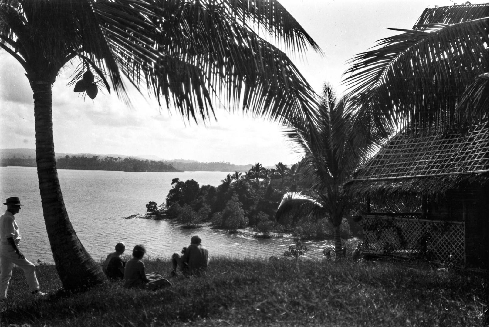 1139. Остров Вайпер. Группа людей на берегу моря