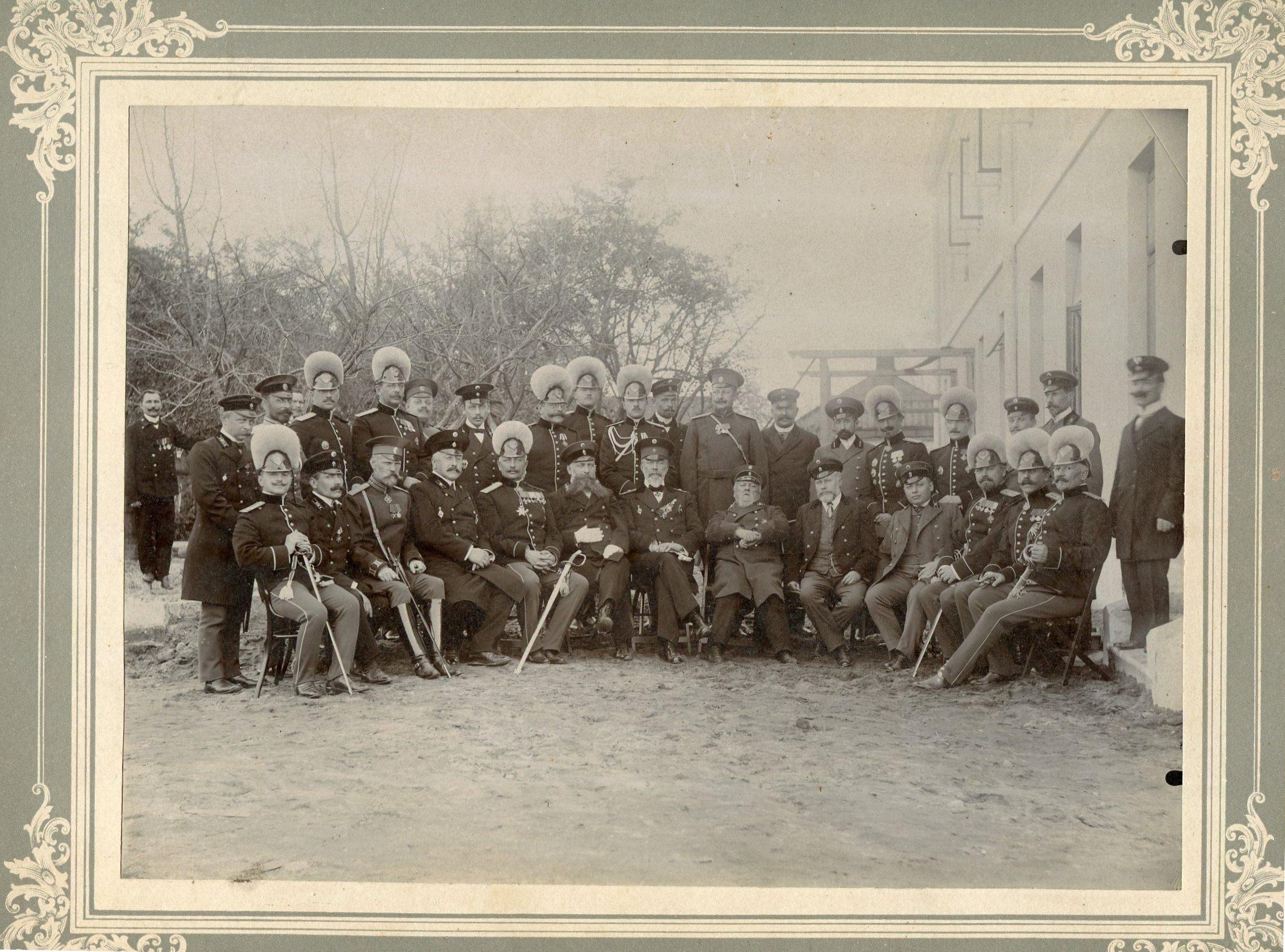 Фотография группы чиновников. Фото сделано по случаю освящения здания для Казначейства.