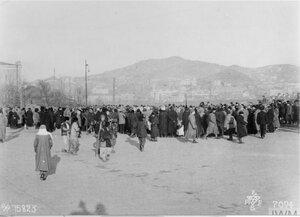 1918. Толпа собралась перед железнодорожной станцией во Владивостоке, чтобы увидеть 1/9-й батальон Гемпширского полка, льправляющнгося в Омск,