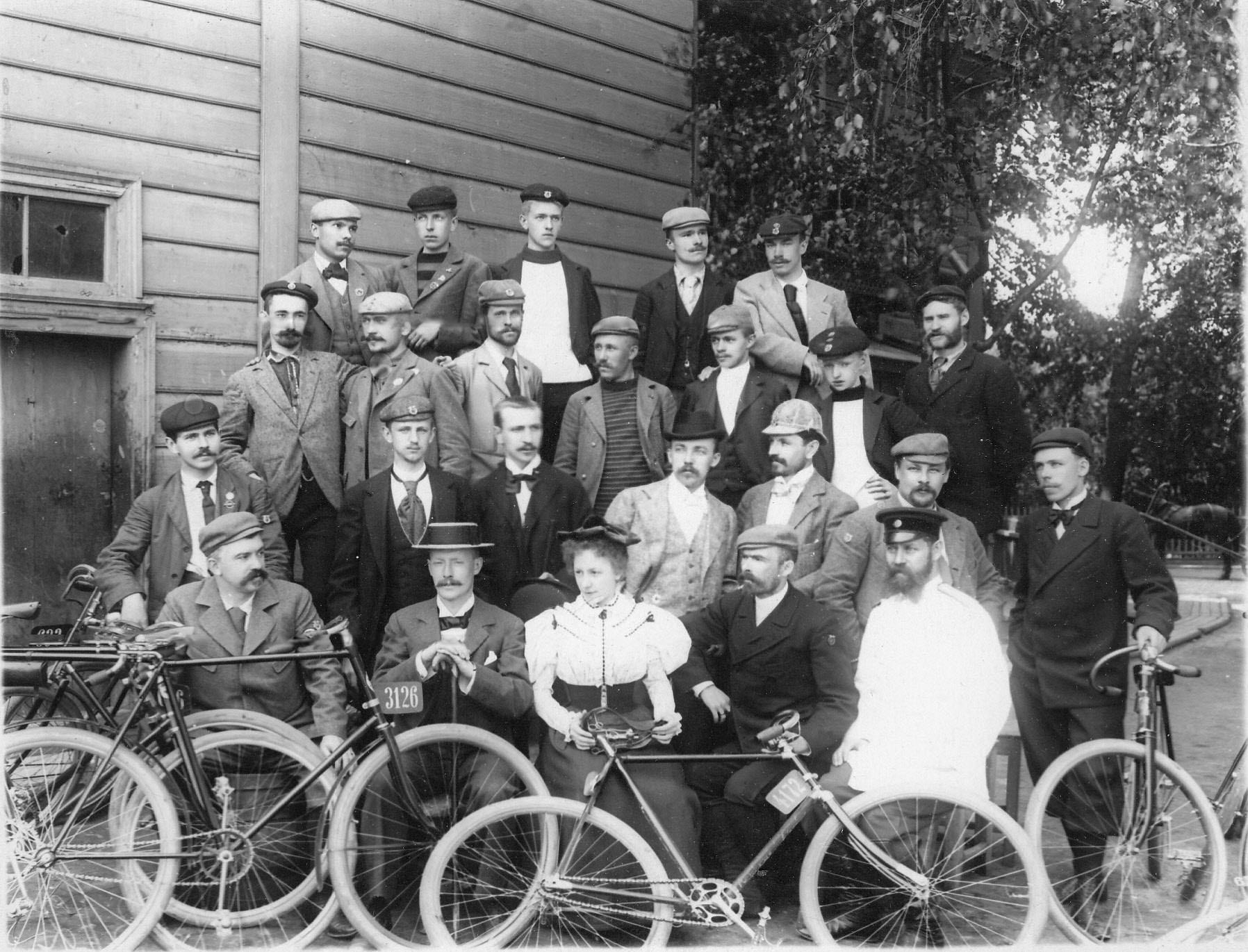 Группа членов Петербургского кружка велосипедистов-любителей, участников поездки в Озерки