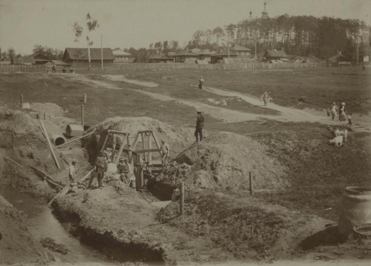 Работы по прокладке канализации около усадьбы Калининского завода. Постройка дюкера через р. Данилиха. Забивка шпунта